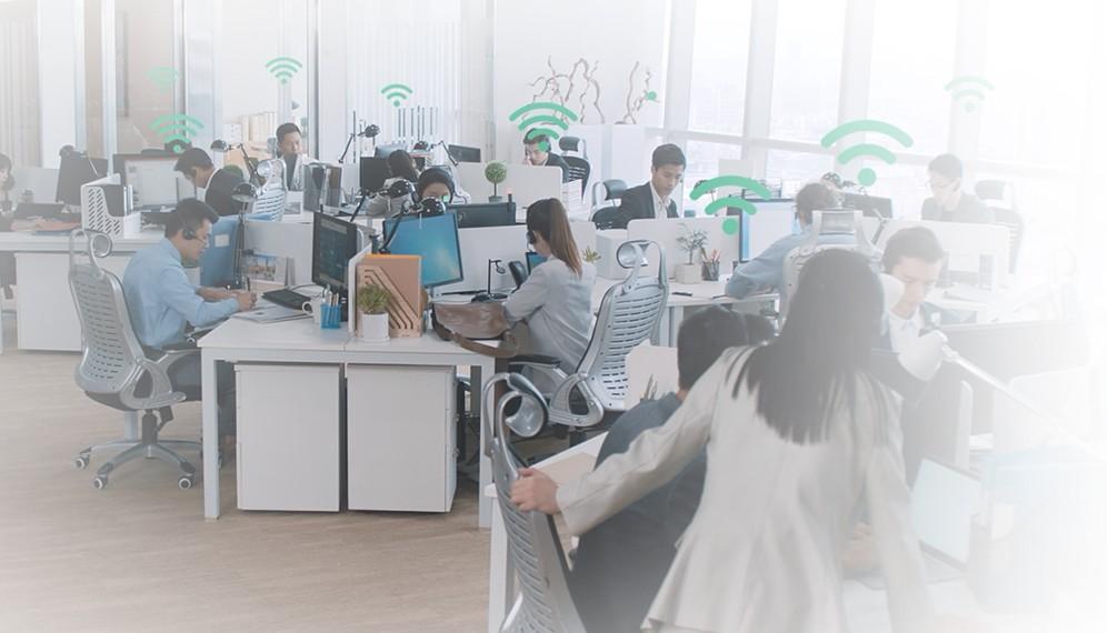 Kulaklık ile ofiste çalışma ortamı